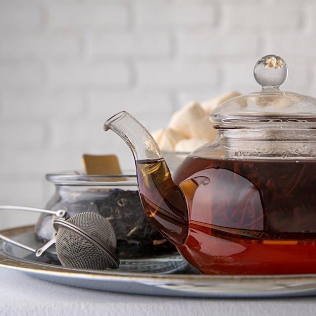 Marshmallow em copo de chá na mesa Foto Premium