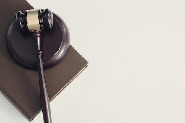 Martelo da corte e livros. conceito de julgamento e direito Foto gratuita