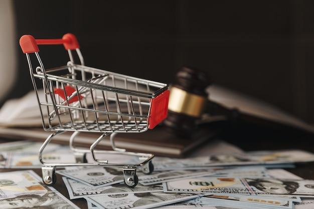Martelo da lei sobre uma pilha de dinheiro americano Foto Premium