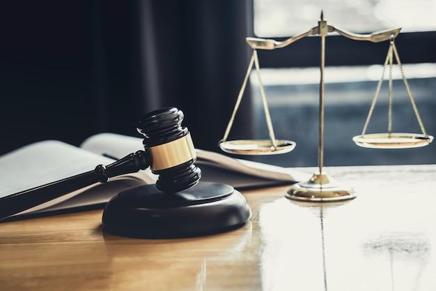 Martelo de juiz com a escala da justiça, documentos de objeto trabalhando na mesa Foto Premium