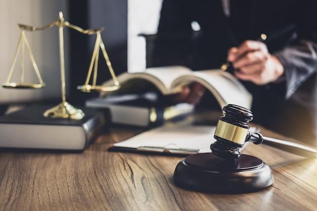 Martelo de juiz com advogados da justiça Foto Premium