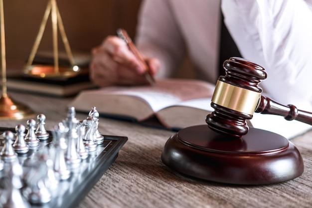 Martelo de juiz com balança da justiça Foto Premium