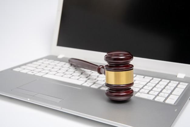 Martelo de juiz de madeira em um laptop prata Foto Premium