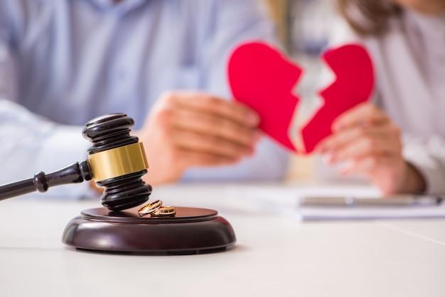 Martelo de juiz decidir sobre o divórcio de casamento Foto Premium