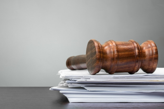 Martelo de juiz em papel branco e mesa Foto Premium