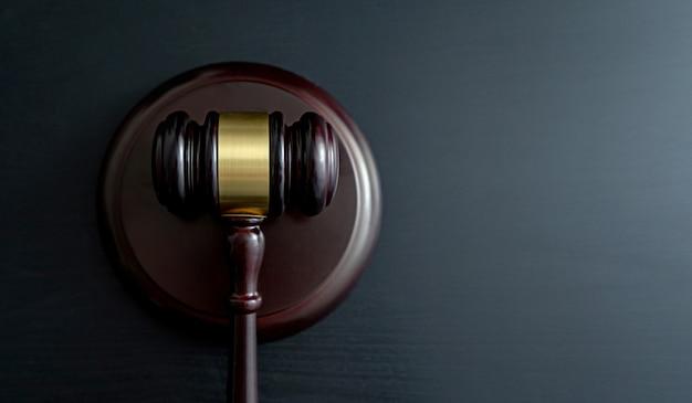 Martelo de juiz na mesa de madeira Foto Premium