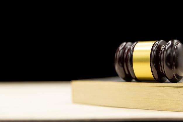 Martelo de juízes no livro e mesa de madeira. lei e justiça conceito fundo. Foto gratuita