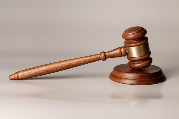 Martelo de madeira juízes na mesa close-up Foto Premium