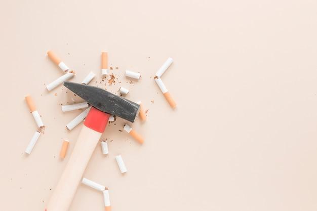 Martelo de vista superior com cigarros Foto gratuita