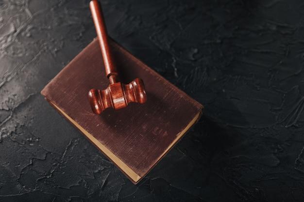 Martelo do juiz e o livro jurídico sobre o conceito de mesa, justiça e direito de madeira. Foto Premium