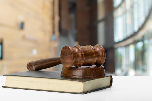 Martelo do juiz em madeira marrom Foto Premium