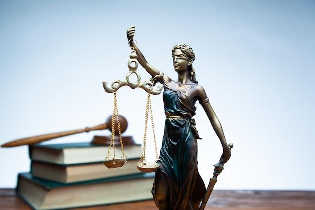 Martelo do juiz, justiça e livros na mesa rústica branca Foto Premium