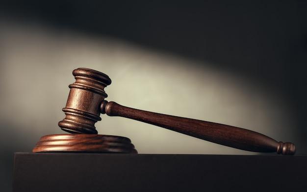 Martelo do juiz (leilão) sobre o feixe de luz Foto Premium