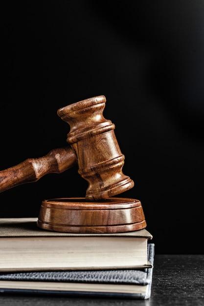 Martelo do juiz sobre preto Foto Premium