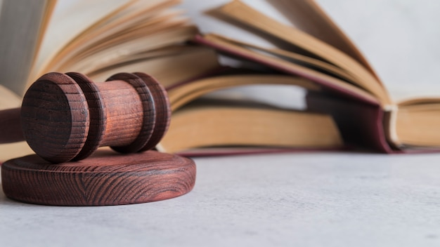 Martelo e livros do juiz Foto Premium