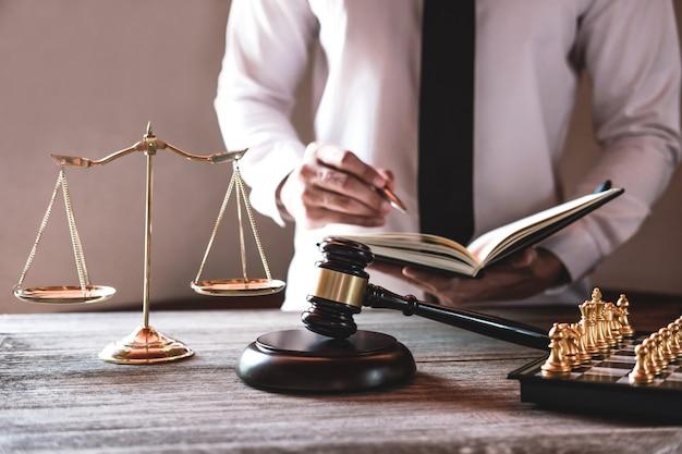 Martelo na mesa de madeira e advogado ou juiz trabalhando com acordo Foto Premium