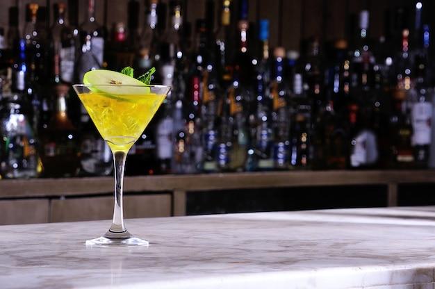 Martini com maçã verde Foto Premium