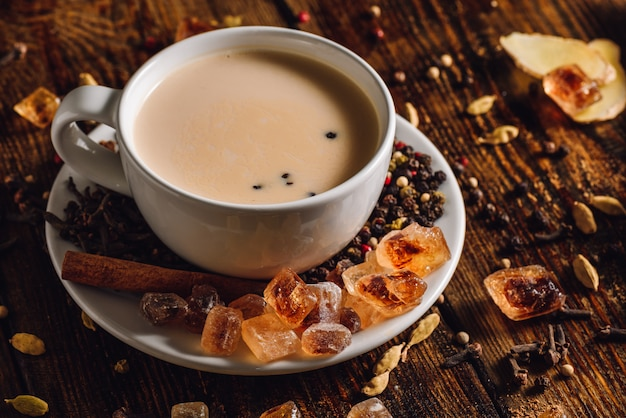 Masala chai com especiarias Foto Premium