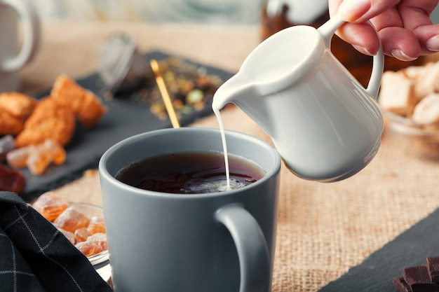 Masala chai quente, chá com leite derramado sobre close-up Foto Premium