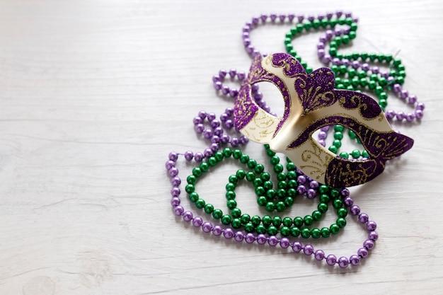 Máscara de carnaval em colares de contas Foto gratuita