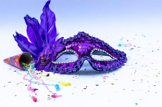 Máscara de carnaval em fundo branco. Foto Premium