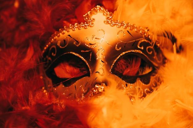 Máscara de carnaval veneziano dourado elegante com penas Foto gratuita