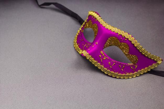 Máscara decorativa rosa sobre fundo cinzento, cópia espaço Foto Premium