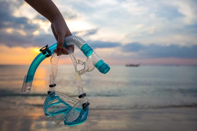 Máscara e mergulho com snorkel na praia Foto gratuita