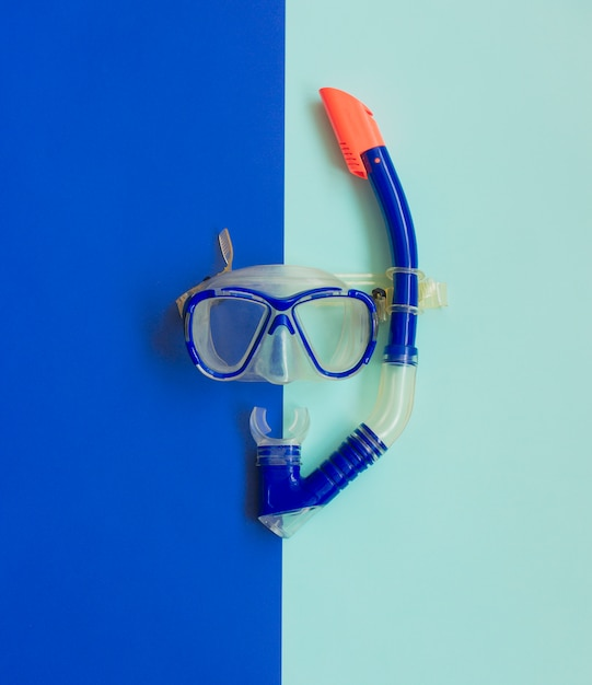 Máscara e snorkel azuis do mergulho no azul. equipamento de mergulho. Foto Premium