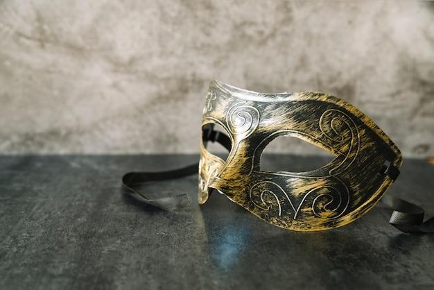 Máscara elegante com tinta dourada e preta Foto gratuita