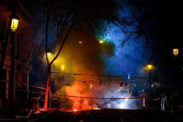 Mascleta colorido cheio de fogos de artifício e fogos de artifício com muita fumaça e faíscas. Foto Premium