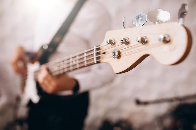 Masculinas mãos fechem tocando guitarra Foto gratuita