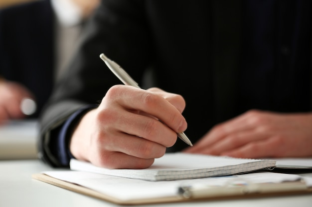 Masculino mão segurando a caneta prata Foto Premium