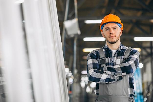 Masculino trabalhador em uma fábrica Foto gratuita