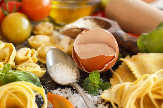 Massa fresca e ingredientes de perto Foto Premium