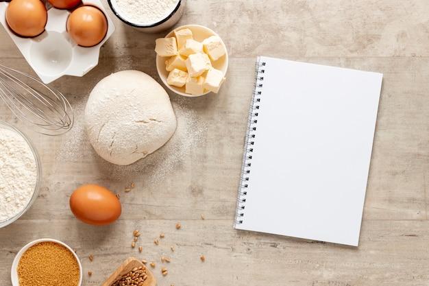 Massa ingredientes e um notebook Foto gratuita