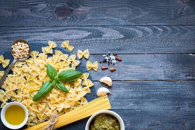 Massa italiana com molho pesto feito com folhas de manjericão Foto Premium