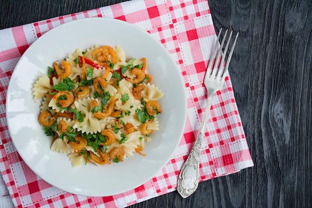 Massa italiana em molho com camarões em um prato, Foto Premium