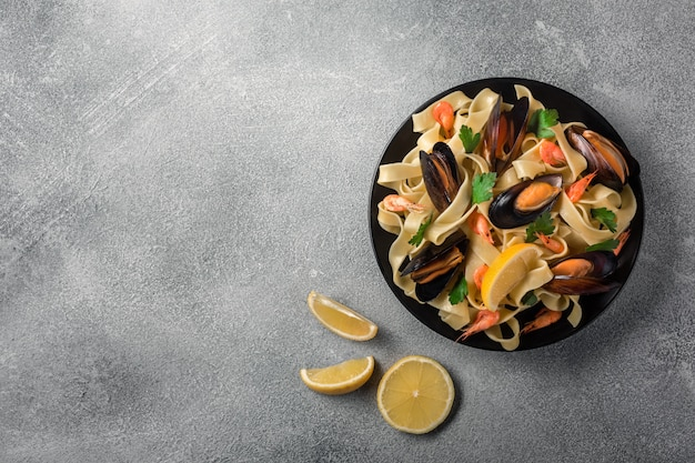 Massa italiana tradicional do marisco com moluscos espaguete alle vongole no fundo de pedra Foto Premium