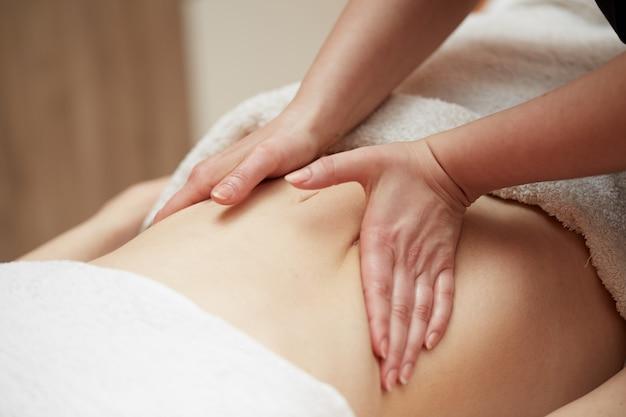 Massagem corporal no salão spa Foto Premium