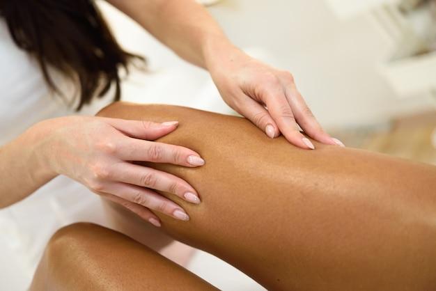 Massagem de beleza na perna em um salão de beleza. Foto gratuita