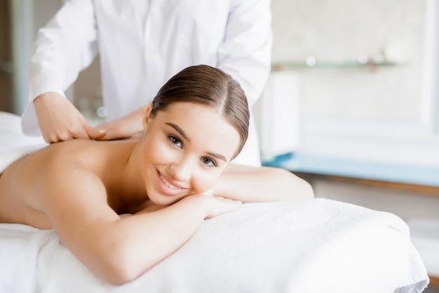Massagem de costas Foto gratuita