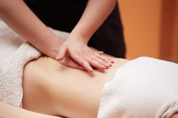 Massagem do ventre no clube spa Foto Premium