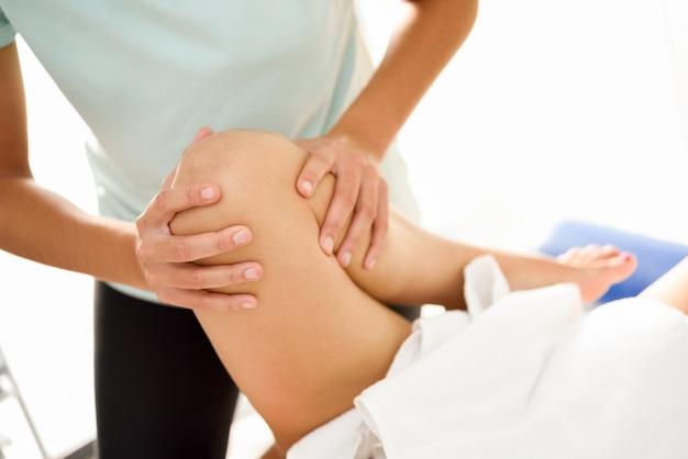 Massagem médica na perna em um centro de fisioterapia. Foto gratuita