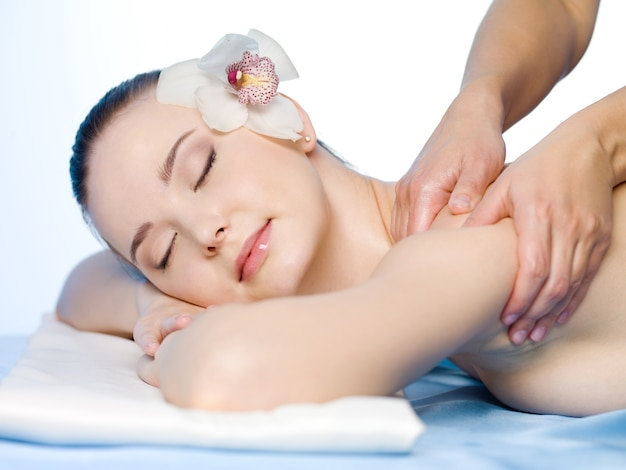 Massagem médica no ombro de uma jovem mulher bonita - horizontal Foto gratuita