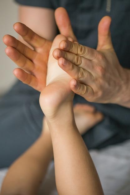 Massagem no pé do bebê Foto Premium