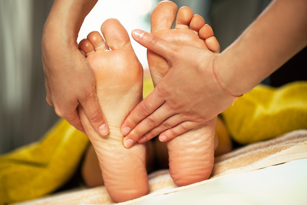 Massagem nos pés para uma mulher em um spa Foto gratuita