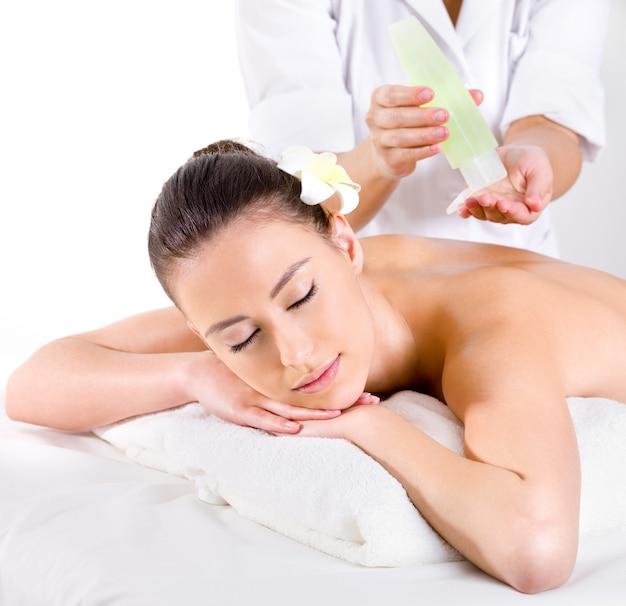 Massagem saudável para jovem com óleos aromáticos - horizontal - tratamento de beleza Foto gratuita