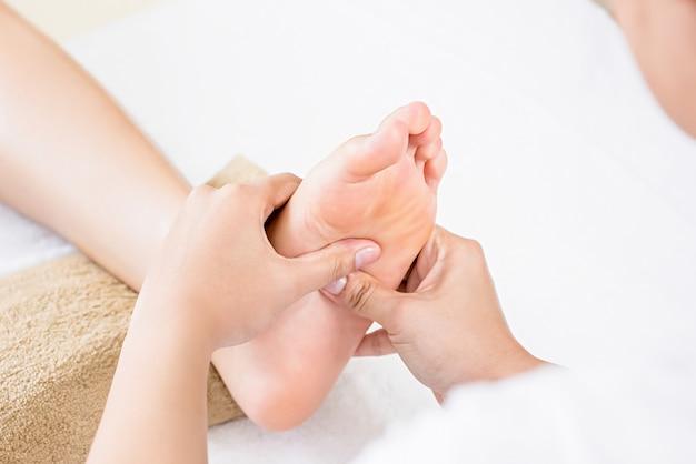 Massagem tailandesa de reflexologia podal tradicional relaxante Foto Premium