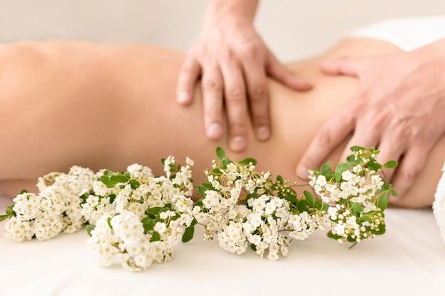 Massagem terapêutica com flores Foto gratuita